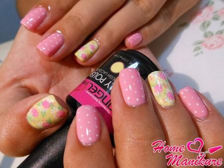 розово-желтый нейл-арт с цветами