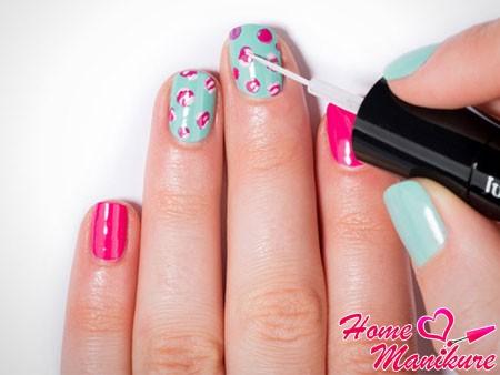 розовые цветы на бирюзовых ногтях