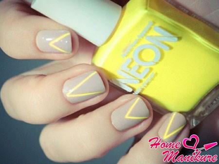 серые ногти с желтыми полосками