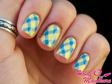 синие полоски на желтых ногтях