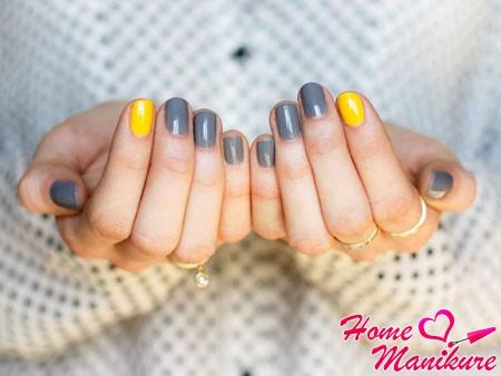 сочетание желтого и серого на ногтях