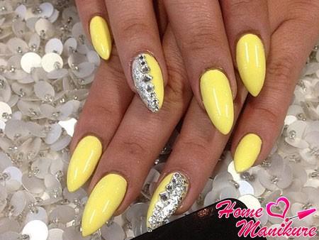 стильный декор ногтей стразами