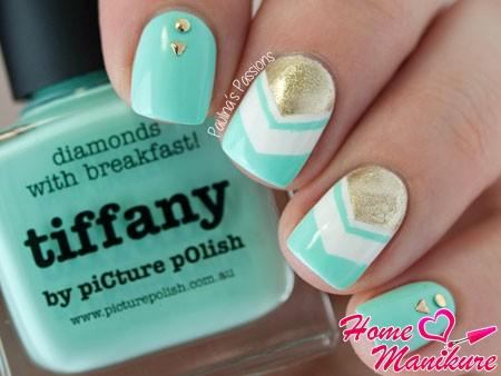 стильный мятный нейл-арт на ногтях