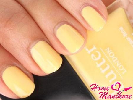 светло-желтые ногти