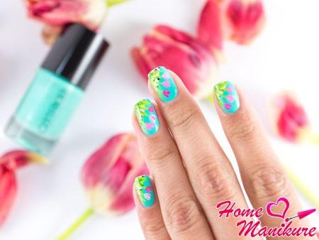 тюльпаны на мятных ногтях