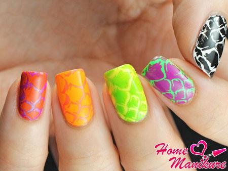 яркая имитация кожи рептилии на ногтях