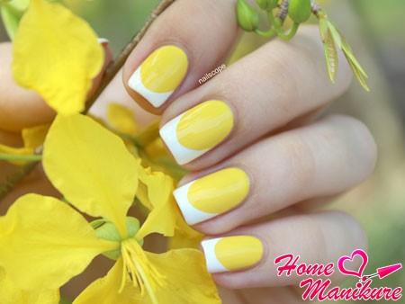 желто-белый френч на ногтях