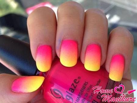 желто-розовый градиентный маникюр