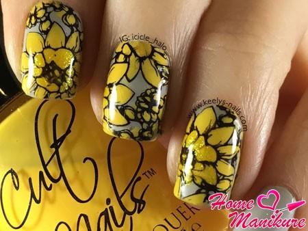 желтые цветы на серых ногтях