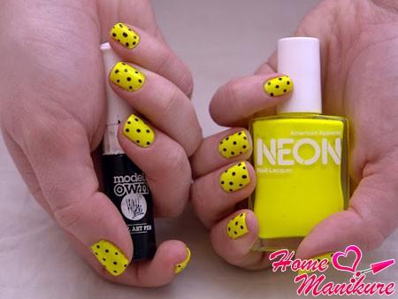 желтые ногти с черными точками