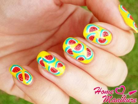 желтые ногти с рисунками арбузов