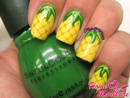 желтый дизайн ногтей с ананасами