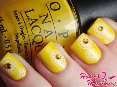 желтый дизайн ногтей со стразами