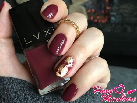 золотая слюда на бордовых ногтях