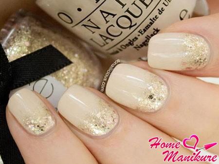 золотые блестки на бежевых ногтях