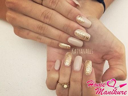 золотые орнаменты на бежевых ногтях