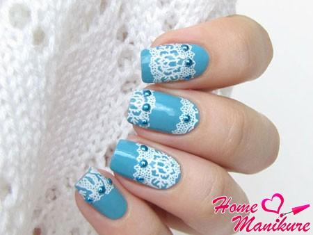 белое кружево на голубых ногтях