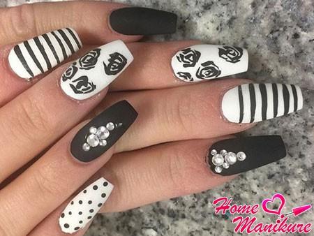 черно-белый дизайн ногтей с розами