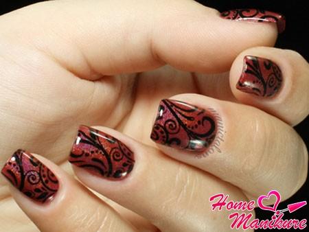 черный стемпинг-рисунок на винных ногтях