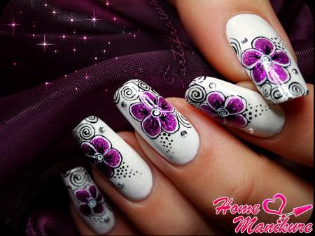 цветы фуксии на белых ногтях