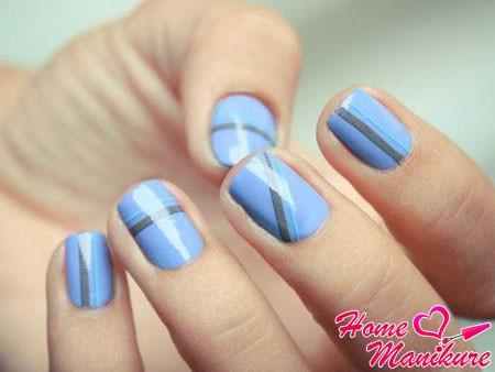 голубые ногти с серыми полосками