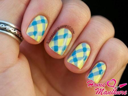 голубые полоски на желтых ногтях