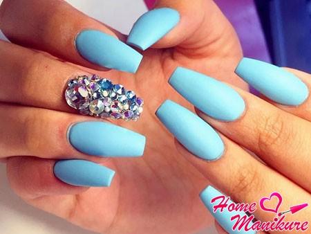 нарощенные голубые ногти со стразами