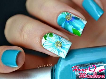 роскошный голубой нейл-арт с цветами