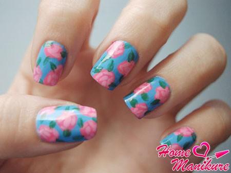 розовые цветы на голубых ногтях