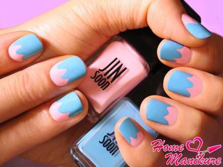 стильный розово-голубой маникюр