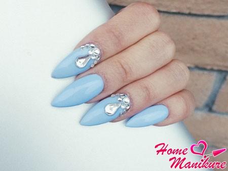 стразы на длинных голубых ногтях