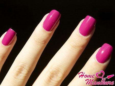 яркая фуксия на ногтях