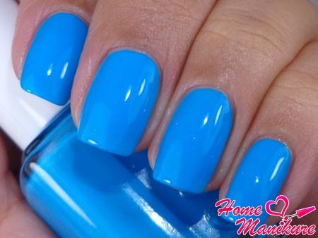 ярко-голубой лак для ногтей
