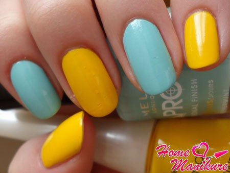 ярко-желтый лак и небесно-голубой