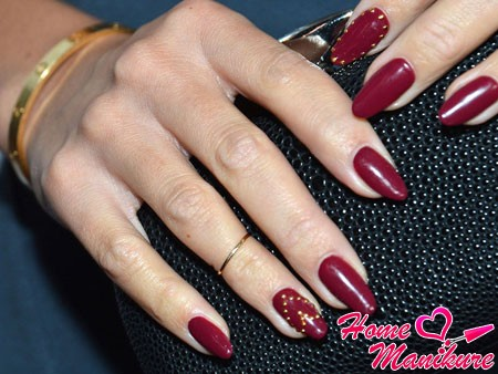 золотые стразы на ногтях цвета марсала