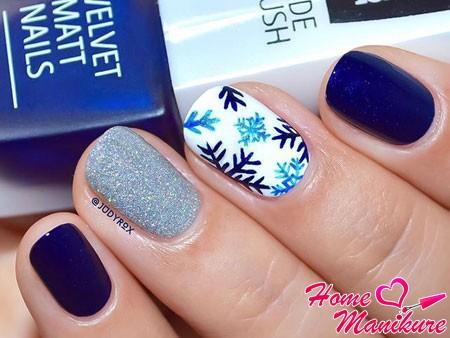 декорирование одного ногтя снежинками