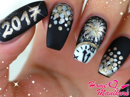 новогодние часы на черных ногтях
