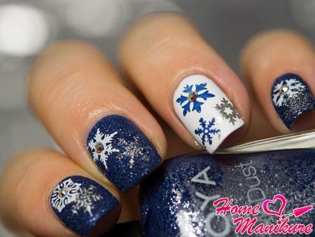 новогодние снежинки на ногтях