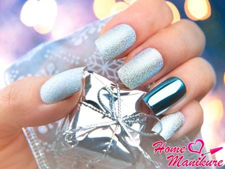 серебряный дизайн ногтей на Новый год