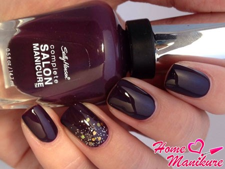 золотой глиттер на темно-вишневых ногтях