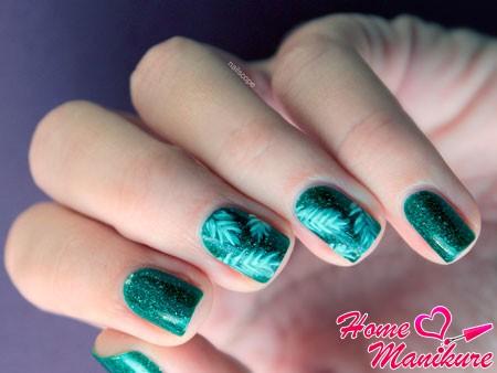 елочные ветви на ногтях