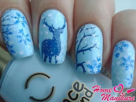 сине-голубой маникюр с оленем