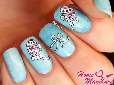 варежки на голубых ногтях