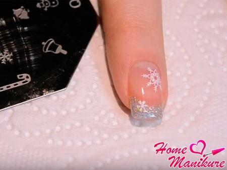 стемпинг-снежинки на ногте