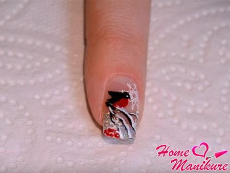 готовый дизайн ногтей со снегирем