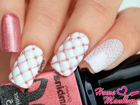 белые ногти с ромбиками и бульонками