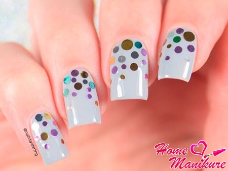 конфетти на серых ногтях