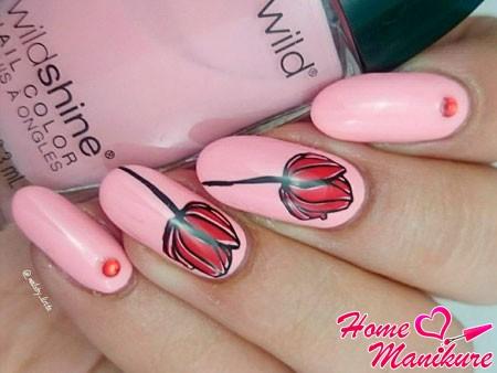красные тюльпаны на розовых ногтях
