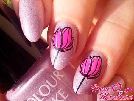 нежные тюльпаны на перламутровых ногтях