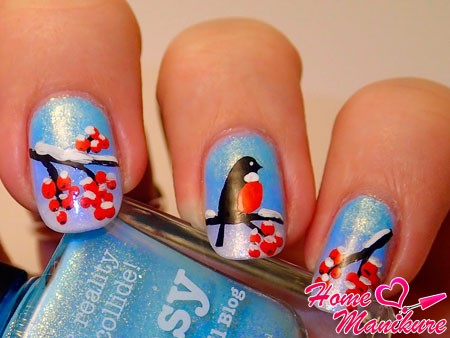 рисунок снегиря и ветвей рябины на ногтях